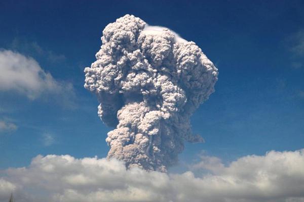 印尼锡纳朋火山再度喷发 火山灰喷射高达5000米