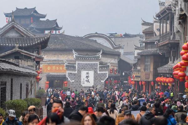 凤凰古城春节游客达峰值 街头摩肩接踵