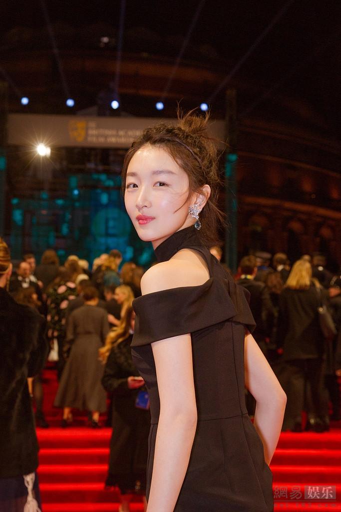 周冬雨参加英国电影学院奖 黑裙优雅迷人
