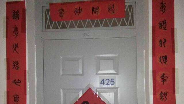 武汉高校学生在宿舍贴花样门贴 创意十足