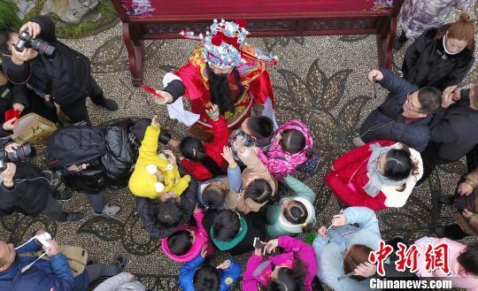 """大年初五财神日""""财神""""降临扬州派发红包受民众追捧"""