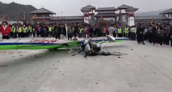 突发!广西玉林一景区滑翔机坠地 现场一死一伤