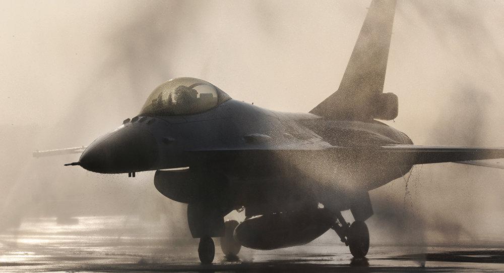 驻日美军F16战机起飞后着火 向湖中扔下燃料箱