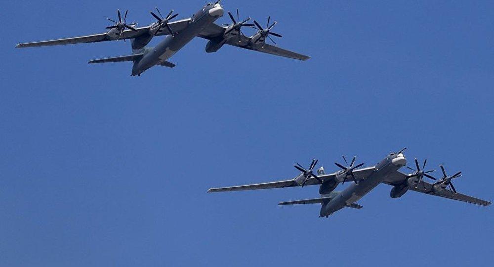 俄军图95在日本周边空中巡逻 苏35战机全程护航