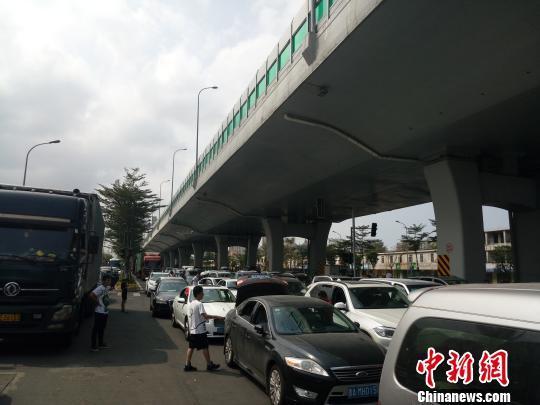 海口仍有大批车辆滞留 官方提示16时前不要前往港口