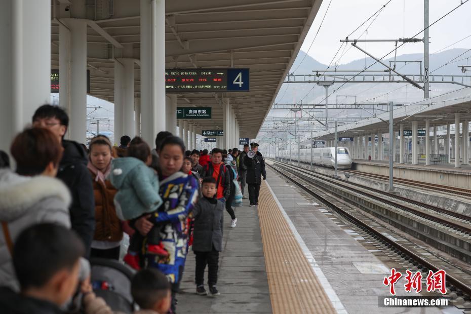 哈尔滨西站迎来返程客流高峰