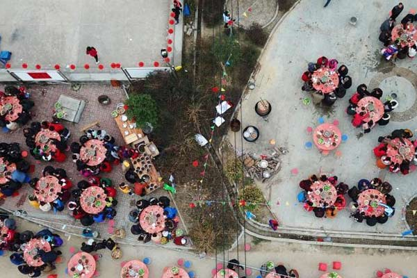广西农村摆两百余桌开年宴 千人共享客家特色菜
