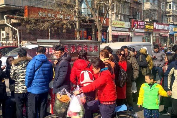 天津民众排队品尝《舌尖3》中的煎饼馃子