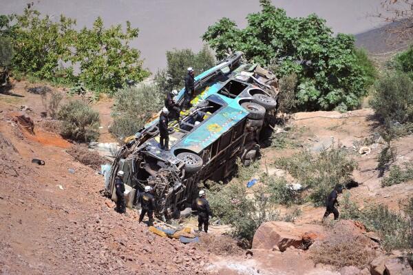 秘鲁巴士再出重大意外!长途巴士坠谷造成至少44人死亡