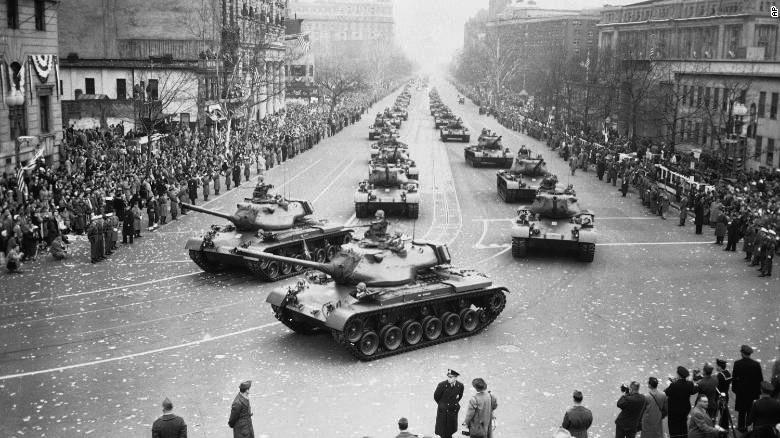 盘点美国著名阅兵:核大炮、鱼雷艇开上街头