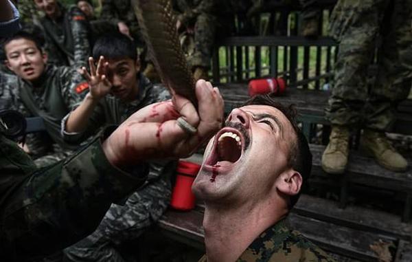 美联合28国在泰进行军演 士兵丛林生喝蛇血