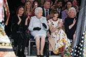 伦敦时装周最大牌嘉宾:91岁英女王首次现身秀场
