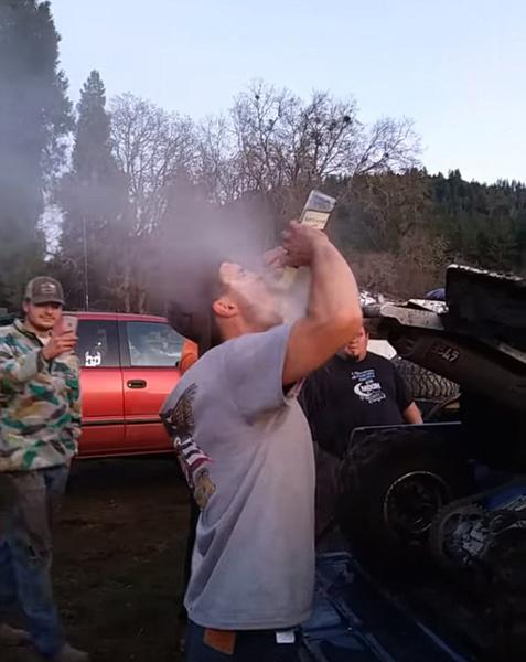 奇葩!美一男子对着汽车排气口喝啤酒引热议