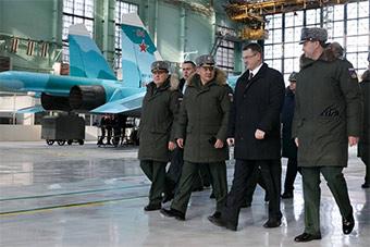 俄罗斯防长视察苏34制造厂