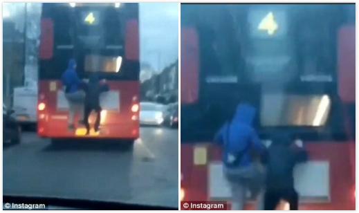 """玩命!伦敦两男子为搭免费公交上演""""公车冲浪"""""""