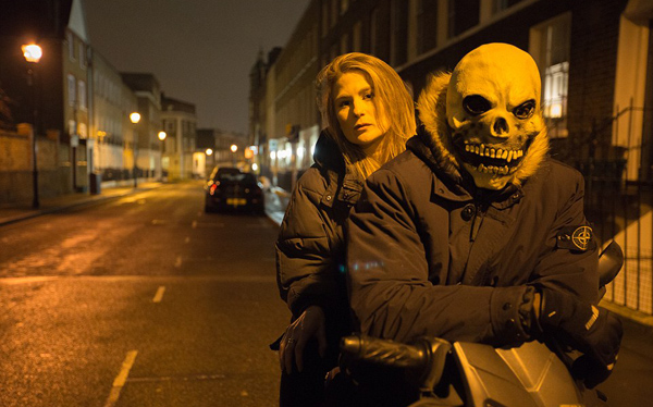 """BBC揭露英街头抢劫犯用刀剑恐吓专抢""""低头族"""""""