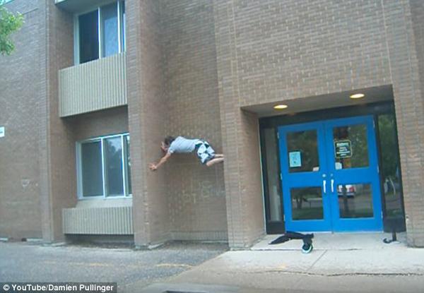 英国小伙徒手攀爬墙缝不慎掉落 致脚部重伤