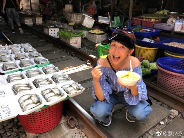 """蔡少芬晒""""庆生""""照 菜市场街头不亦乐乎吃美食"""