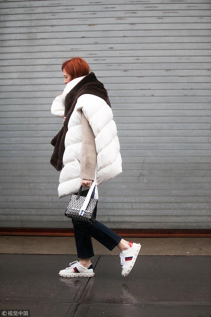 不是穿了双球鞋,你就时髦了