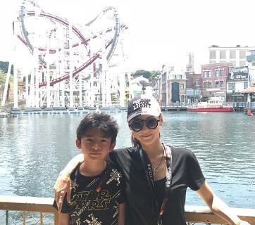 张柏芝带大儿子玩游乐园 帅气Lucas颇有爸爸风采