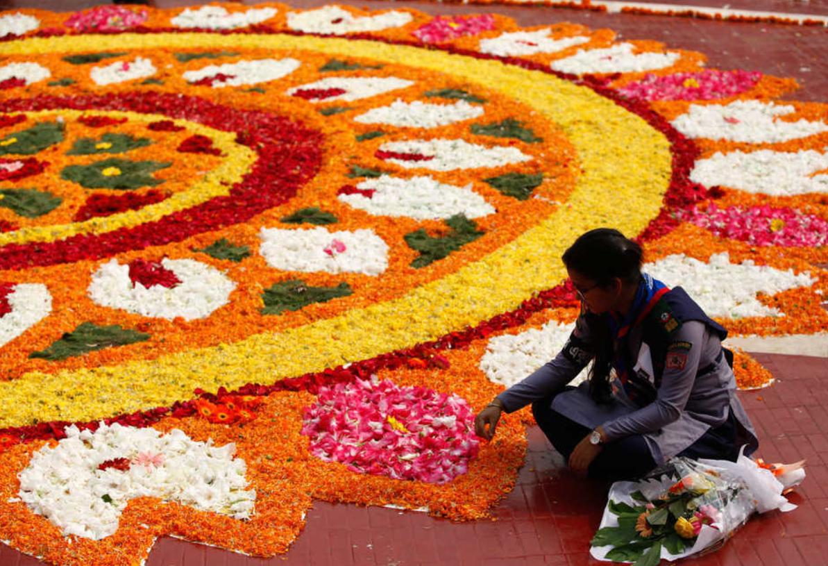 孟加拉国迎国际母语日 民众鲜花拼图庆祝