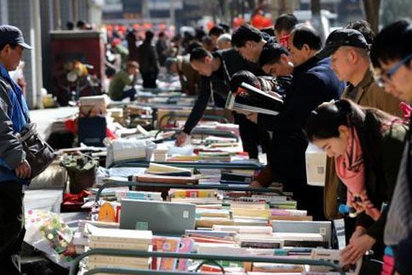 西安春节里的街头旧书集市