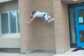 小伙徒手攀爬墙缝不慎掉落 致脚部重伤