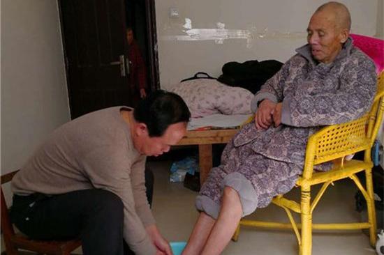 学校校长为九旬父亲洗脚 暖心照片走红