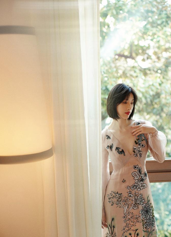 张俪现身米兰时装周看秀 刺绣纱裙仙气爆棚