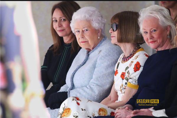 女王现身伦敦时装周 首次看秀力挺新锐设计师