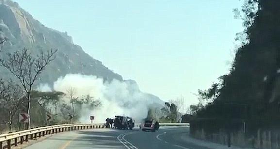 南非劫匪公路抢劫运钞车 男子偶遇记录全程