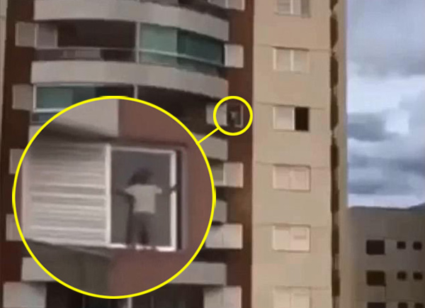 """巴西熊孩子9层楼窗台""""飞檐走壁""""吓坏路人"""