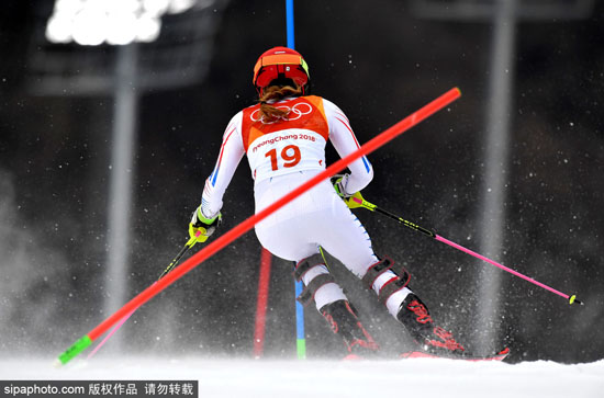 在冷艳的旌善高山滑雪中心 看美人从天而降