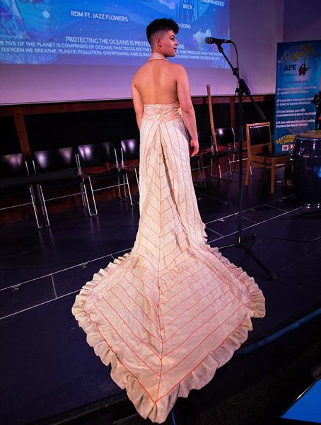 惊艳!英设计师巧用海洋垃圾裁制礼服长裙