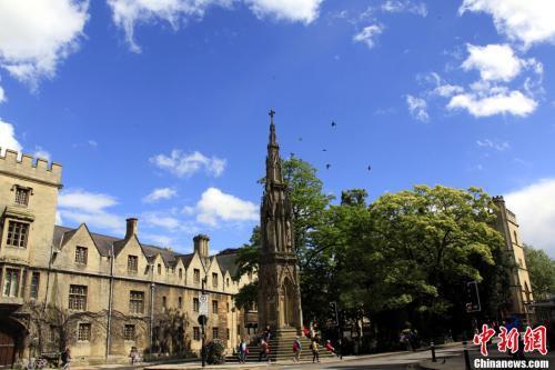 英国高等教育学费昂贵 特蕾莎·梅承诺全面调整