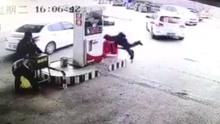 油枪未拔出司机猛踩油门 摔翻工作人员干倒加油机
