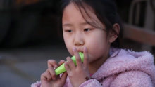 父母即将打工远行 9岁女儿吹陶笛送别