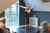 英养老院为老年人提供钢管舞表演