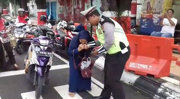 滑稽!印尼中年妇女因交不起罚款咬伤交警