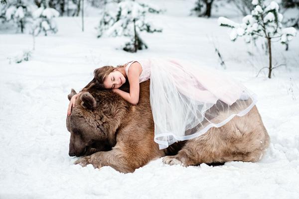 俄罗斯600斤大灰熊与小女孩拍唯美照片