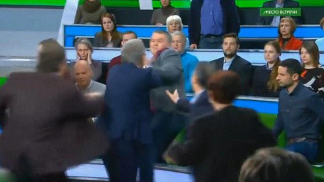 俄罗斯脱口秀主持人与嘉宾意见不和大打出手