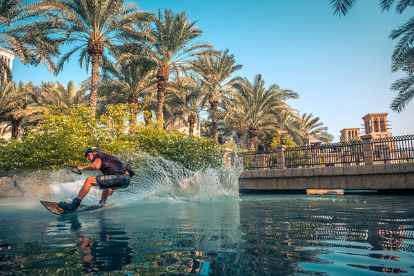 震撼!美花式滑水挑战者迪拜表演高难度动作