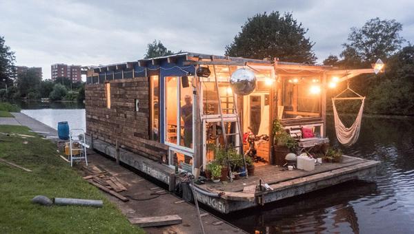 德摄影师用废弃木材建船屋 穿越运河从汉堡到巴黎