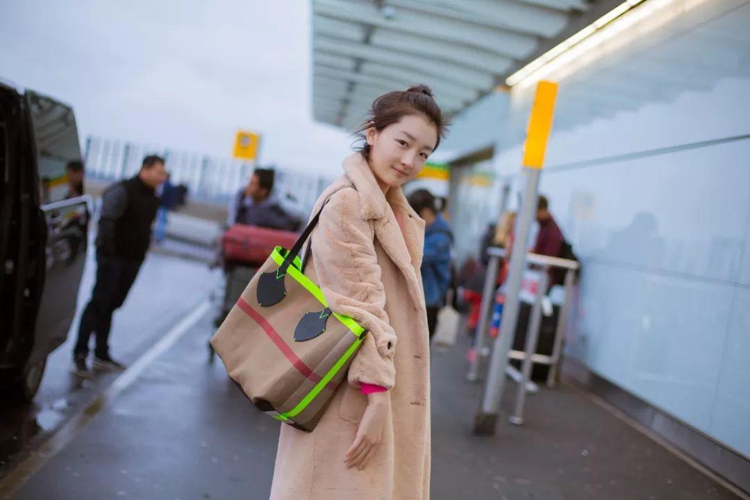 新年新包!跟周冬雨一起入手一只上班出行,居家旅游必备的Tote!