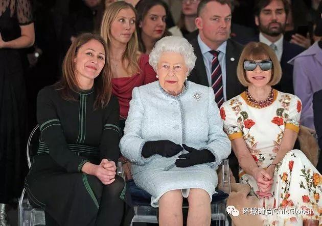 """当""""时尚女王""""遇上真·女王!英女皇伊丽莎白90岁高龄驾临时装秀现场!"""