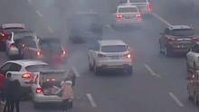 小车撞燃 多车主动施救