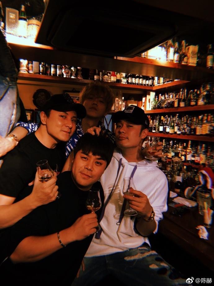 鹿晗陈赫酒吧聚会享受假期 举杯小酌搭肩合照