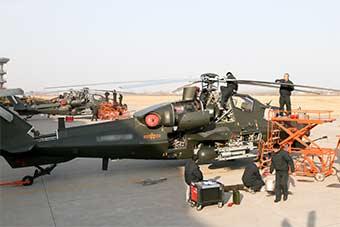 打开武装直升机核心部位进行维修保养
