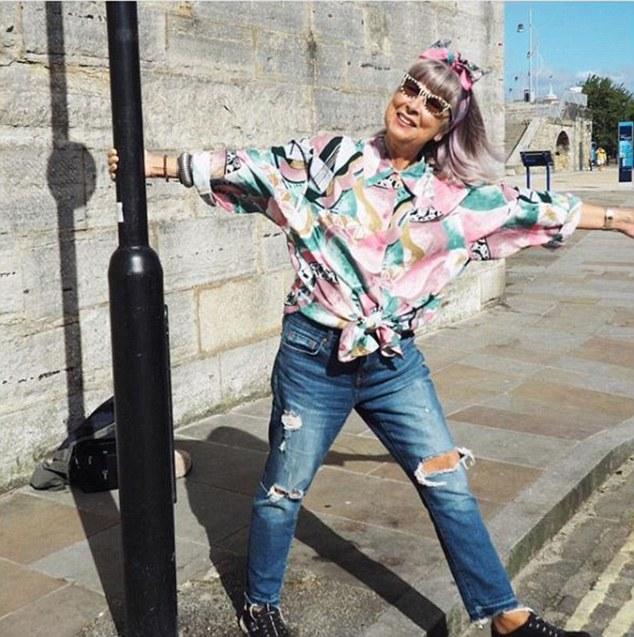 英国68岁老奶奶变身时尚博主 越活越年轻