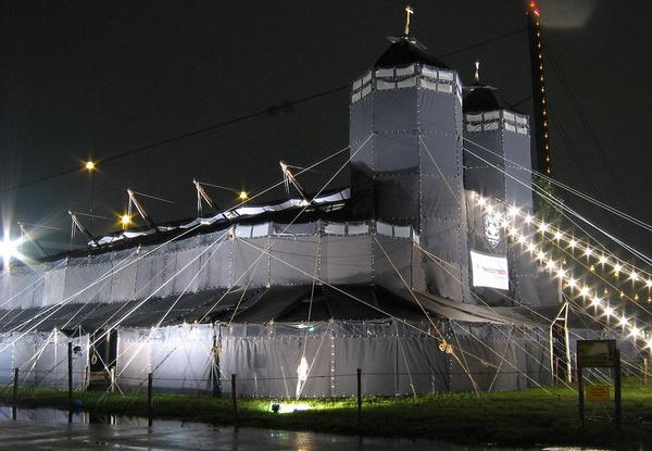 德国为世界青年日建教堂式黑色大帐篷